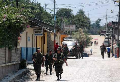 Efectivos del Ejército recorren las calles del casco urbano de  Barillas, durante el último día del estado de Sitio.