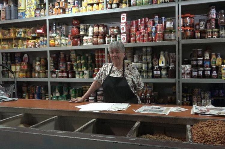 Enelda Rosal de Carballo, de 76 años, trabaja en su negocio en el mercado La Palmita, zona 5 de la capital. (Foto Prensa Libre: Juan Carlos Rivera).