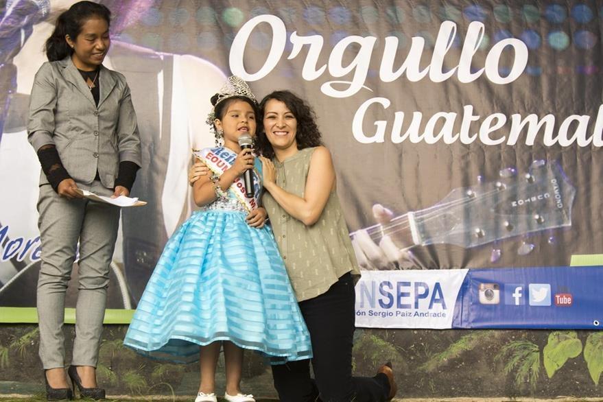 La reina estudiantil Mónica Esperanza Gabriel cantó junto a la artista. (Foto prensa Libre: Carlos Grave)