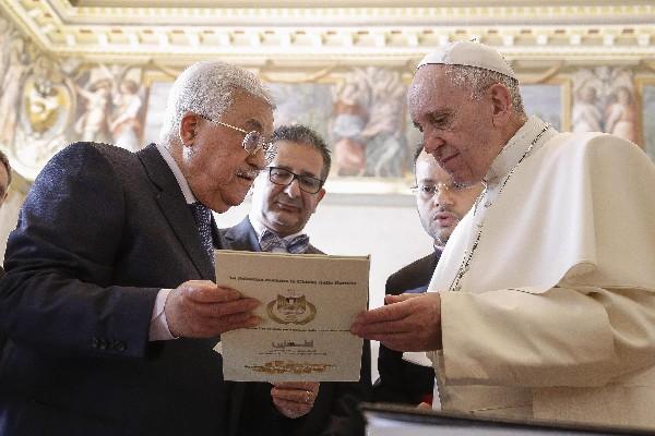 El Papa(d) intercambia regalos con el presidente palestino Mahmud Abás. (EFE).