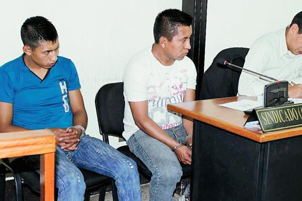 Los agentes de la PNC Carlos Rufino Adonai Martínez Pu y Juan Elías Torres Pérez  fueron ligados a proceso por laborar supuestamente en estado de ebriedad. (Foto Prensa Libre: Óscar Figueroa)