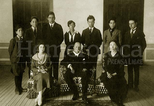 Manuel Estrada Cabrera, sentado al centro, aparece rodeado de su familia, a sus lados, su esposa y su madre, doña Joaquina Cabrera. (Foto: Hemeroteca PL)