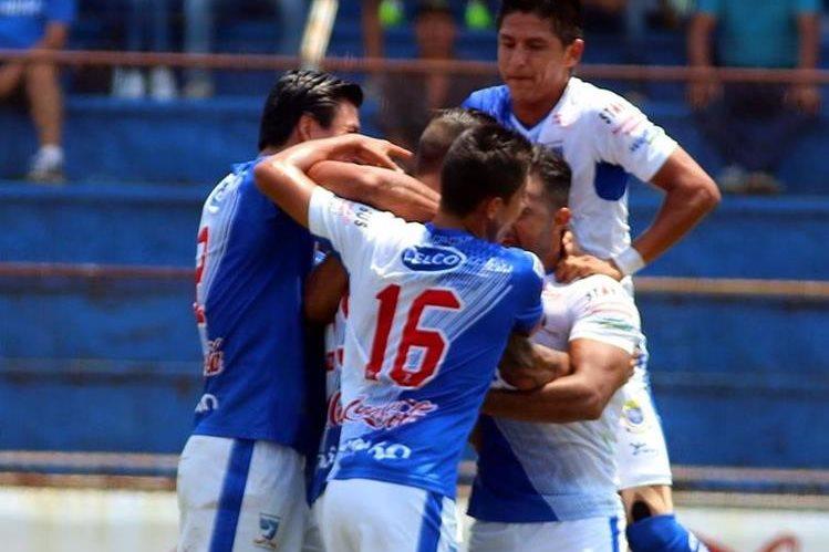 Los jugadores de Suchitepéquez festejan la primera anotación de Marcos Godoy. (Foto Prensa Libre: Rolando Miranda)