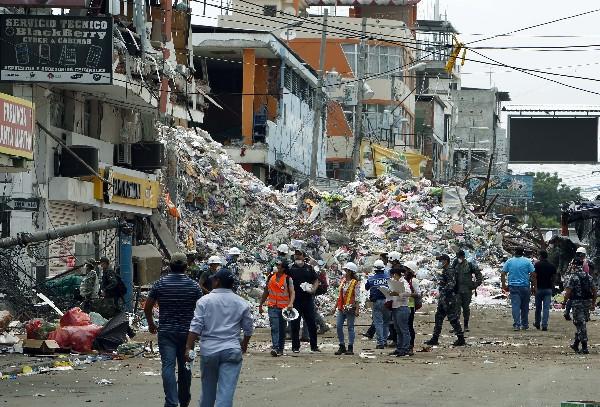 Edificios destridos por el terromoto que sacudió a Ecuador. (EFE).