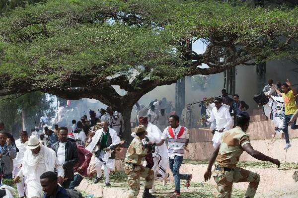 Asistentes al festival huyen durante una estampida mortal en Etiopía. (AFP).