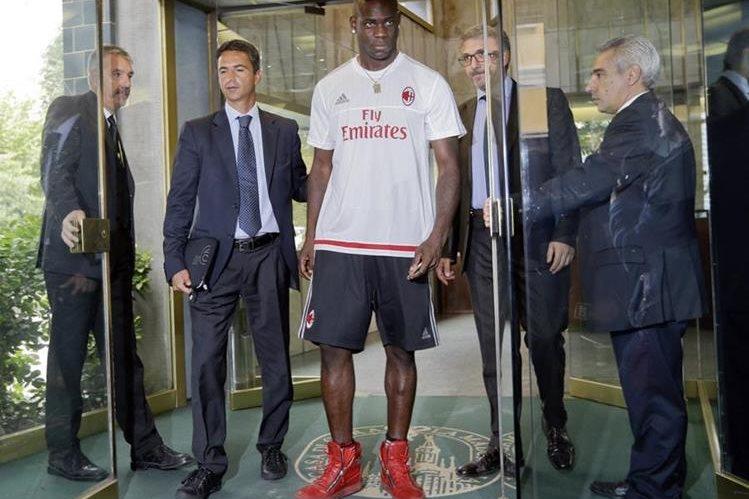 Balotelli fue captado luego de realizar las pruebas médicas con el Milán. (Foto Prensa Libre: AP)