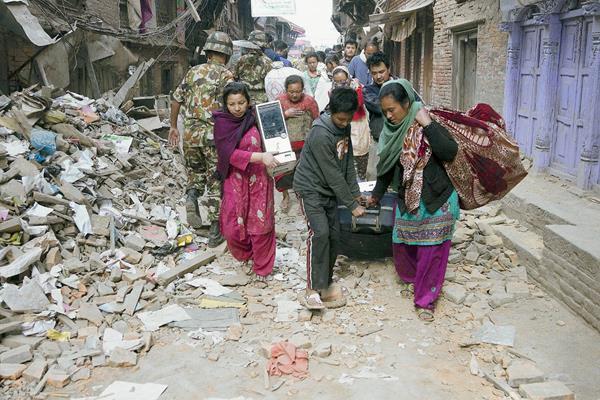 Residentes locales en busca de alojamiento en una de las zonas devastadas. (Foto Prensa Libre: EFE).