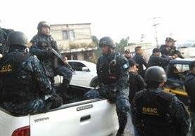 En la captura del pandillero participaron decenas de agentes de la Policía Nacional Civil. (Foto Prensa Libre: Érick Ávila)
