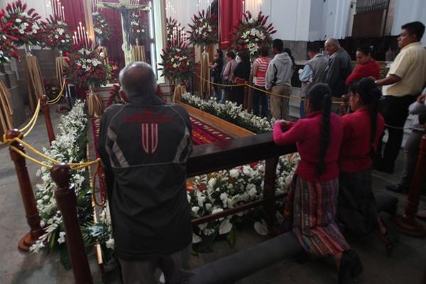 <p>Feligreses veneran imagen en la Catedral. (Foto Prensa Libre: Erick Ávila)</p>