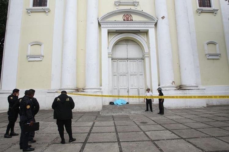 El cuerpo de un hombre yace en la puerta de la iglesia de la Recolección, presentaba señales de abuso sexual. (Foto Prensa Libre: Hemeroteca PL)