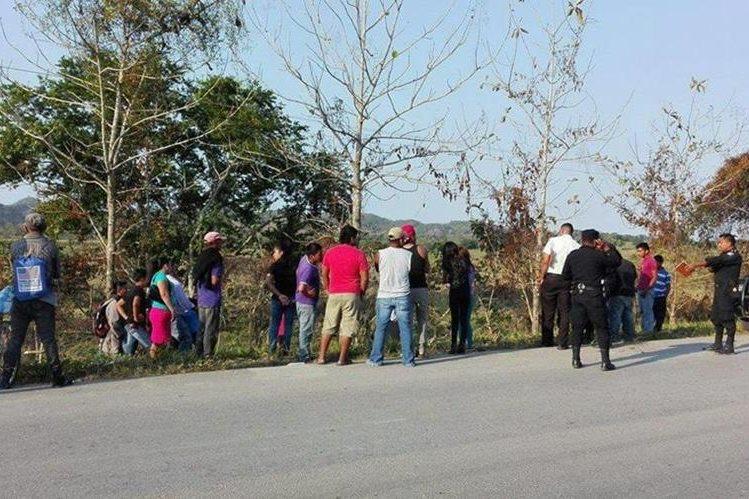 Pescadores artesanales no permiten el ingreso a la mina.(Foto Prensa Libre: Dony Stewart)