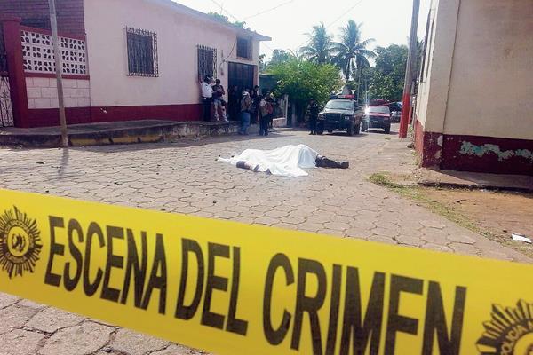 """Jorge  Alberto  Villanueva, alias """"el Mapa"""",  y Ruth Noemí Caguech Croket, murieron baleados en Champerico, Retalhuleu. (Foto Prensa Libre: Rolando Miranda)"""