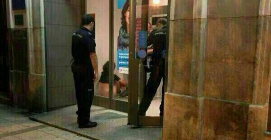 <em>A su llegada, los vigilantes encontraron a una pareja en pleno acto sexual. (Foto Prensa Libre: Twitter).</em>