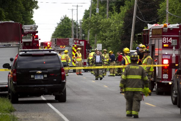 Equipos de rescate asisten a la escena del accidente mortal en Michigan.(AP).