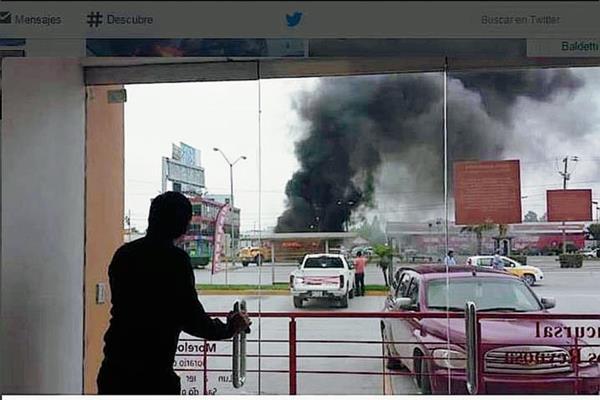 Usuarios han subido imágenes de la balacera a las redes sociales. (Foto Prensa Libre: Twitter).