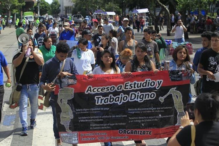 Jóvenes efectúan caminata para conmemorar el Día Internacional de la Juventud. (Foto Prensa Libre: Edwin Bercián)