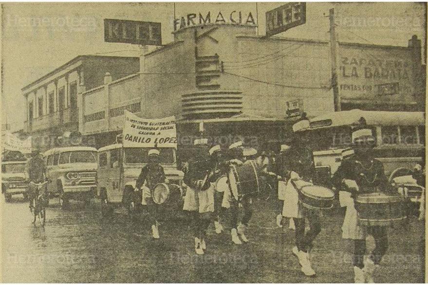Alumnas del Instituto Maria Luisa Samayoa desfilan en la 6a. avenida y 18 calle la cual fue remozada. (Foto: Hemeroteca PL)