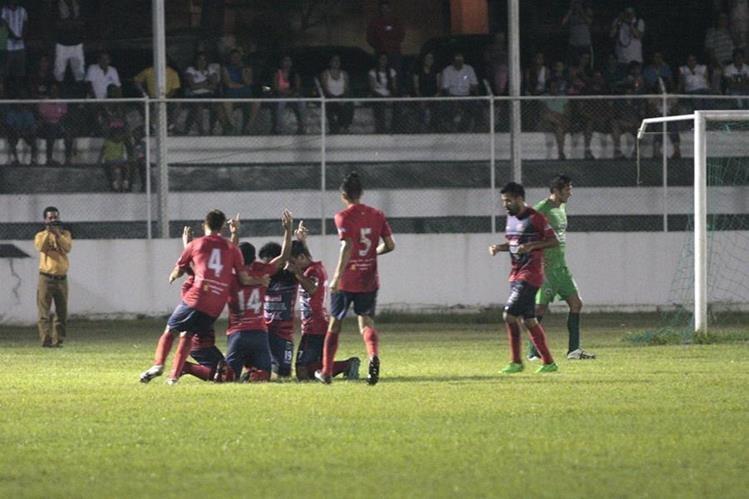 Los jugadores de Malacateco festejan después de una de las anotaciones. (Foto Prensa Libre: Jesús Cuque)