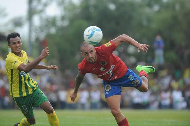 Pablo Migorance, de Municipal, observa la trayectoria del balón.