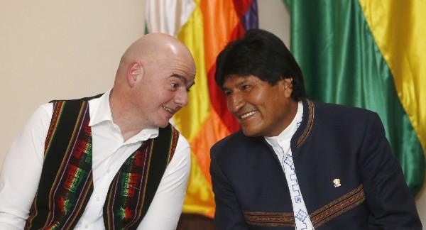Gianni Infantino, presidente de la Fifa, comparte con Evo Morales, presidente de Bolivia (Foto Prensa Libre: AP)