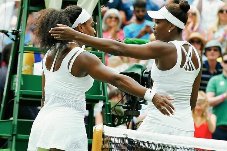 Serena y Venus Williams se abrazan al finalizar el encuentro en Wimbledon. (Foto Prensa Libre: AP)