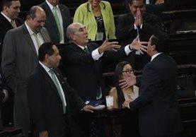 Mario Taracena discute con el diputado Ernesto Galdámez, durante la sesión de este martes. (Foto Prensa Libre: Paulo Raquec)