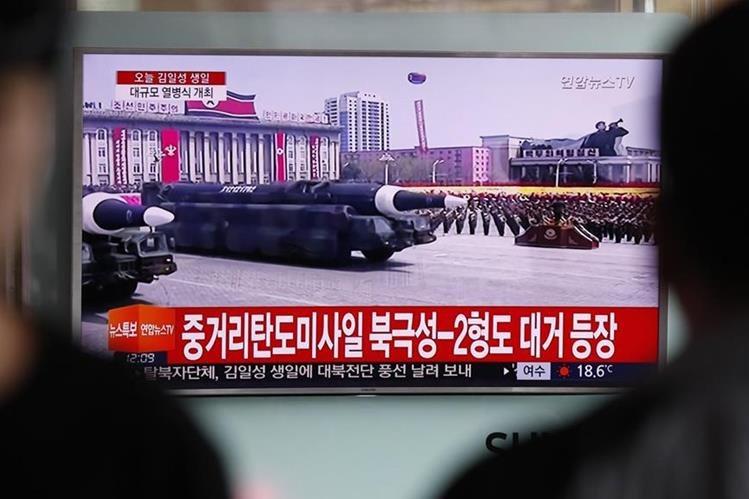 Corea del Norte presenta un misil balístico para submarinos en el desfile militar del Día del Sol. (Foto Prensa LIbre: EFE)