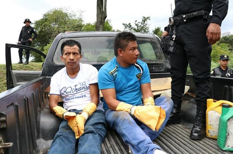 Carlos Manolo de la Cruz, 31, y Pedro Alfonzo Aju, 35, fueron capturados cuando escapaban en la zona montañosa del sector de la autopista Palín-Escuintla. (Foto Prensa Libre: Enrique Paredes)