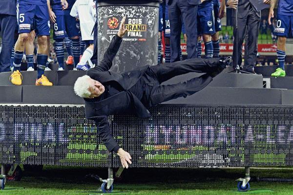 Frank Lowy, mientras cae del escenario durante la ceremonia de premiación de la A-League. (Foto Prensa Libre: EFE)