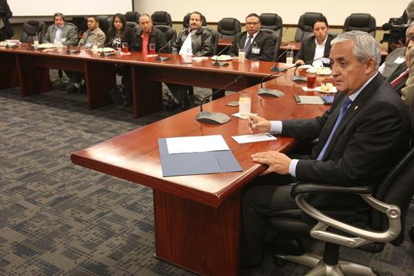 Pérez Molina escucha a representantes de Confecoop en la Casa Presidencial. (Foto Prensa Libre: Esbin García)