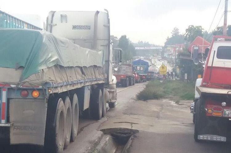El accidente ha ocasionado largas filas de vehículos hacia Chimaltenango. (Foto Prensa Libre: Víctor Chamalé).