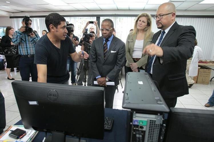 Todd Robinson, embajador de Estados Unidos, visita las instalaciones de la Fundación Antropología Forense de Guatemala. (Foto Prensa Libre: Paulo Raquec)