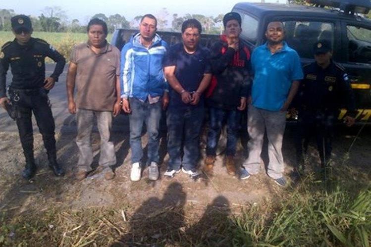 Los cinco presuntos delincuentes fueron capturados en Tiquisate, Escuintla. (Foto Prensa Libre: Enrique Paredes).
