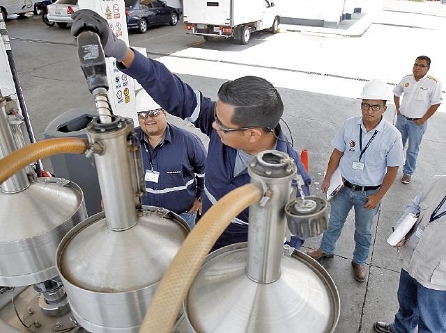 Autoridades del la Diaco y del MEM efectuaron ayer un monitoreo de precios y de calibración para conocer la cantidad de despacho. (Foto Prensa Libre: Paulo Raquec)