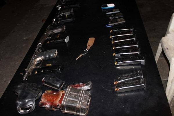 """<p>PNC decomisó armas y tolvas a los cuatro detenidos. (Foto Prensa Libre: Julio Vargas)<br _mce_bogus=""""1""""></p>"""