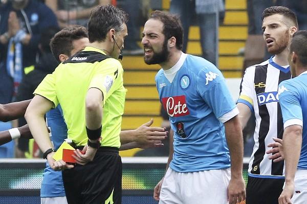 El argentino Gonzalo Higuain le reclama al árbitro Massimiliano Irrati en el duelo contra el Udinese. (Foto Prensa Libre: AP).