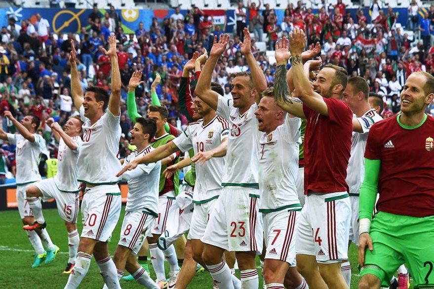 Así celebró el equipo húngaro con su afición el empate frente a Islandia. (Foto Prensa Libre: AFP)