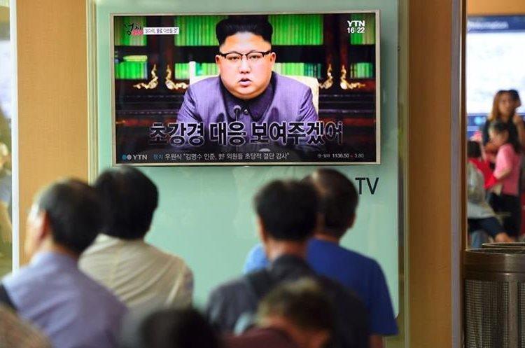Kim Jong-Un que su ministro de Relaciones Exteriores insinuó que el régimen podría explotar una bomba de hidrógeno sobre el  Pacífico.(AFP).