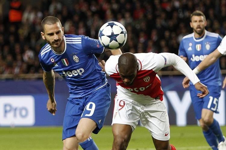 Leonardo Bonucci observa a Djibril Sidibe del Mónaco que intenta cabecear la pelota.