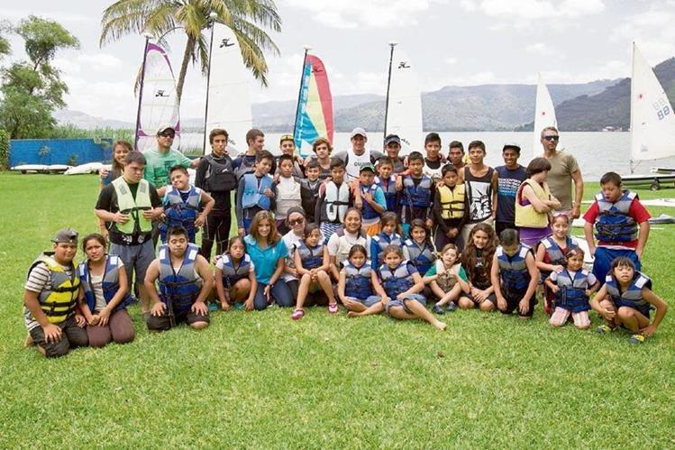 Los niños con síndrome de Down forman parte de la fotografía con los medallistas de los Panamericanos, y con los pequeños que participan en el curso del deporte de la vela. (Foto Prensa Libre: Norvin Mendoza)