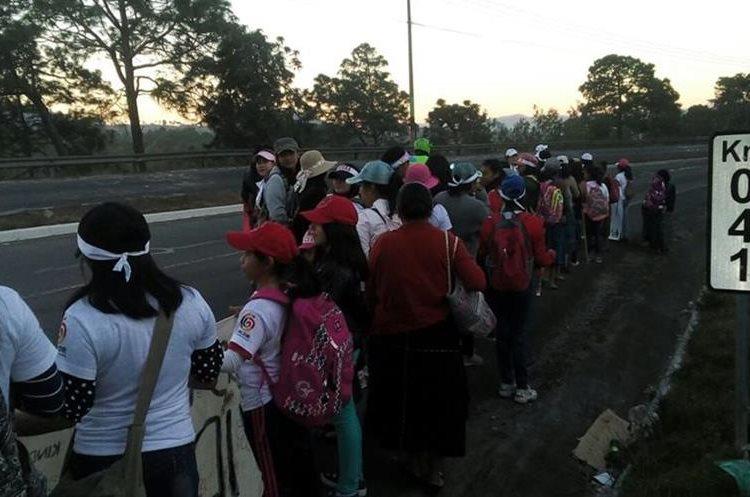 Las 41 niñas a su paso por el km 41 de la ruta Interamericana para dirigirse a la capital y pedir justicia por el caso Hogar Seguro. (Foto Prensa Libre: Cortesía).
