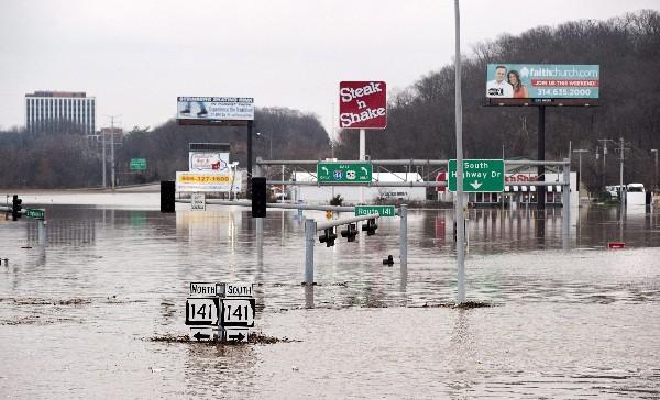 Vista general de carreteras inundadas el Valley Park, Misuri.
