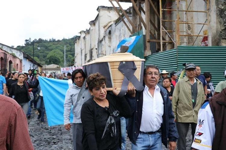 Los inconformes aseguraron estar de luto por el nulo avance de la ciudad, representados con una corona y un ataúd. (Foto Prensa Libre: Renato Melgar)