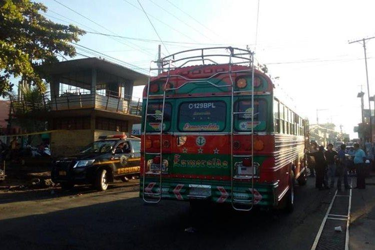 Autobús de los transportes Esmeralda en el cual ocurrió un ataque armado, en la cabecera de Escuintla. (Foto Prensa Libre: Carlos E. Paredes)