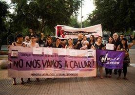 Un grupo de personas en Chile en protesta por la muerte de las niñas del Hogar Seguro. (Foto Prensa Libre: Cortesía)