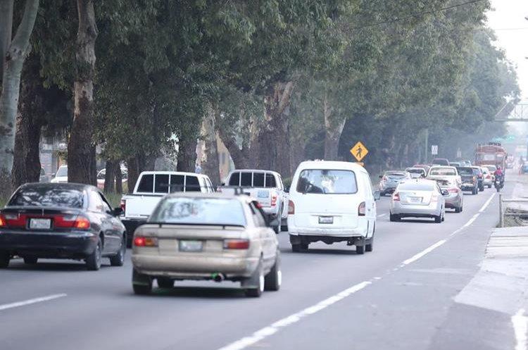 En San Lucas Sacatepéquez convergen decenas de vehículos procedentes del occidente y Antigua Guatemala. (Foto Prensa Libre: César Pérez)
