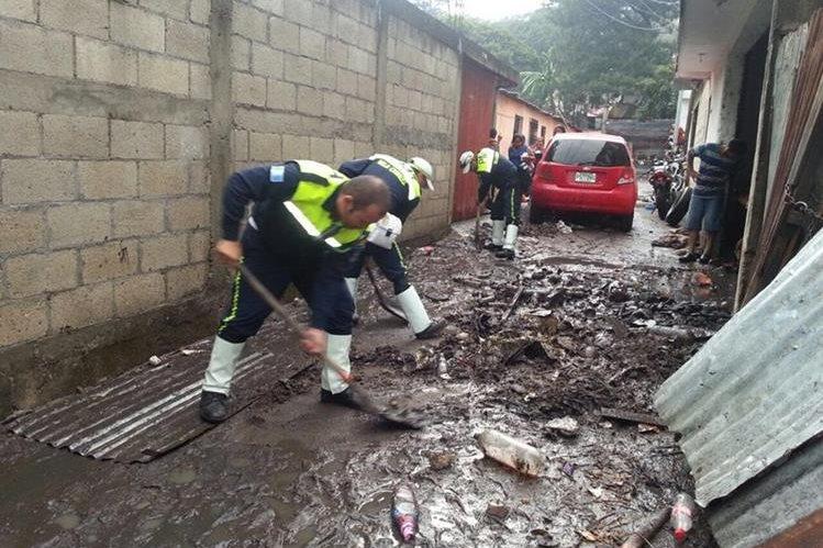 Empleados municipales asisten a vecinos afectados por las inundaciones. (Foto Prensa Libre: Hemeroteca PL)