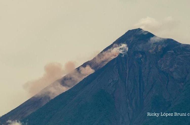 Autoridades de Guatemala alertan de descenso de lahar del volcán Santiaguito