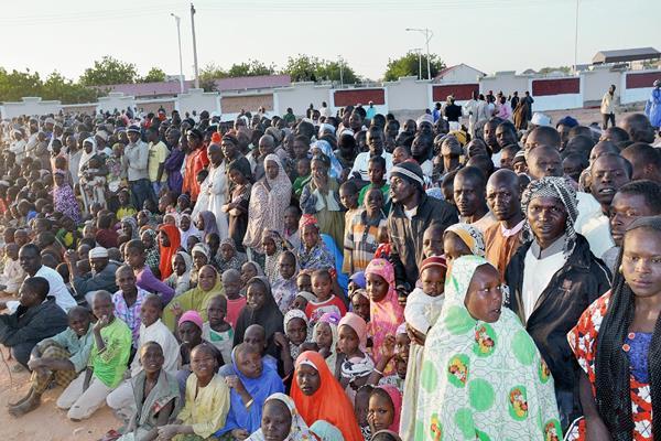 Un grupo de sobrevivientes de lo que se piensa que es el peor ataque de Boko Haram a una aldea en Nigeria. (Foto Prensa Libre:AFP)AFP