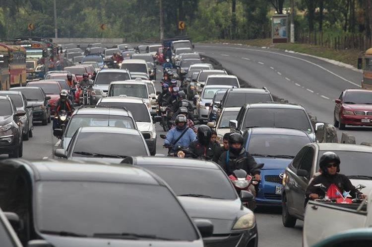 Expertos en mecánica automotriz coinciden que los vehículos que colapsan en la cuesta de Villalobos es por falta de servicio. (Foto Prensa Libre: Erick Ávila)